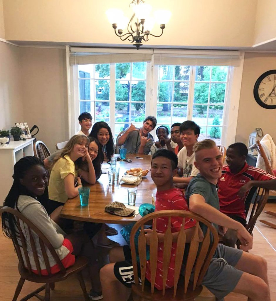 tudent Leaders Enjoy Meal together with Deans